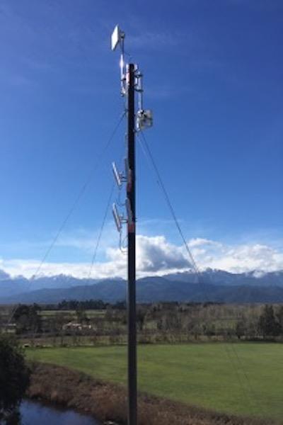 Mât antenne dans la campagne