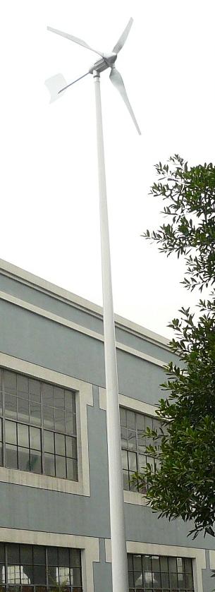 éolienne domestique en situation devant un bâtiment