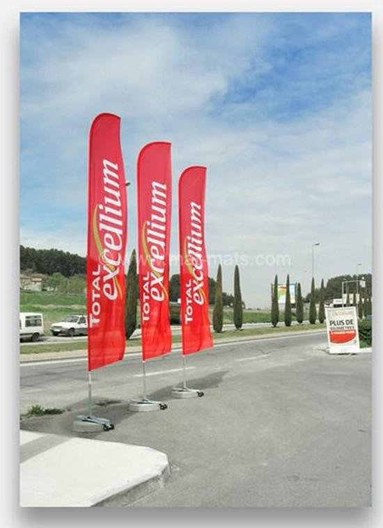 drapeau publicitaire devant un parking