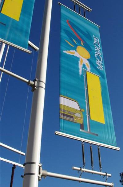 support drapeau - bannière sur potences fixées sur le mât